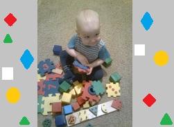 малыш изучает формы предметов и фигуры