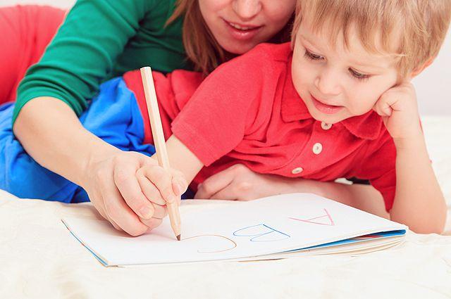 Ребенка учат писать