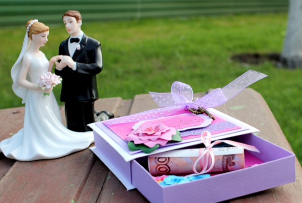 красивый подарок на свадьбу