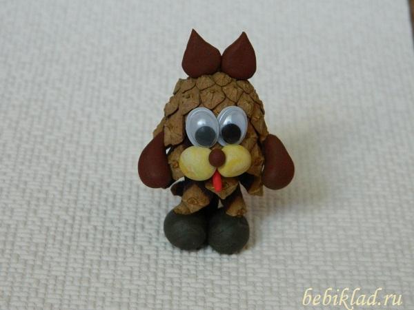 пес из шишки и пластилина