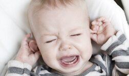 Боль в ухе и температура 38 у детей Боль в ухе достаточно неприятна даже для взрослого человека. Про детей же и говорить нечего. Плач и жалобы на больное ушко у родителей вызывают настоящую панику. Особенно страшно папам и мамам становится в том случае, если наблюдаются и другие симптомы, к примеру: у ребенка болит ухо и температура 38. Что же делать несчастным родителям и как помочь бедному маленькому члену семьи? Об этом чуть ниже. Для начала же стоит разобраться в причинах появления данных симптомов. Причины болей в ухе с температурой 38 В большинстве случаев болевые ощущения в ухе, сопровождающиеся повышением температуры до 38, свидетельствуют о наличии у маленького человечка воспалительного процесса. Именно воспаление и борьба организма с данным недугом провоцируют рост температуры тела. Причин же появления подобных заболеваний достаточно много: попадание в ухо грязной воды, посторонних предметов или насекомых (часто именно это становится первопричиной начала воспалительного процесса); травма уха (подразумевается как физическая травма, так и воздействие ряда химических веществ); отит (в зоне риска детки 3-5 и старше 14 лет); инфекционные или грибковые поражения; фурункулы; осложнения после различных заболеваний (чаще всего ОРВИ, свинки или ангины). Начало воспалительного процесса характеризуется повышением температуры тела. Так что если у малыша заболело ухо, а температура поднялась даже выше 37 (уж не говоря о 38), то стоит принять все меры, чтобы как можно быстрее показать его врачу. Если же подобное невозможно, то маленькому больному необходимо оказать первую помощь. А вот приступать к лечению без осмотра специалиста ни в коем случае нельзя! Это может привести к самым негативным последствиям. Чего нельзя делать при боли в ухе у ребенка и температуре Если у ребёнка заболело ухо и поднялась температура до 38, то заниматься самолечением нельзя ни в коем-случае. Категорически запрещается: закапывать в ухо больному борный спирт, перекись водорода или жидкие проти