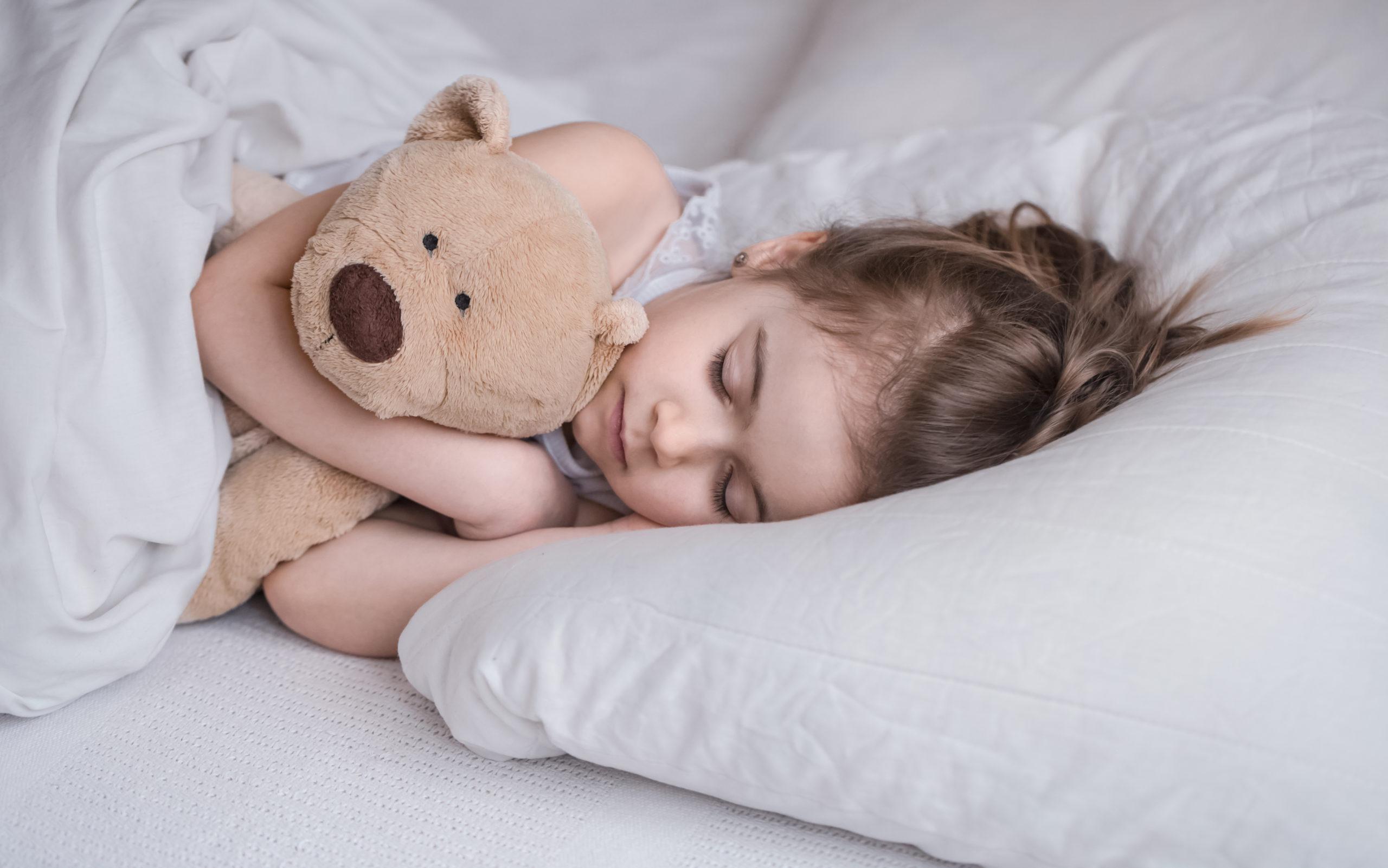 спит девочка