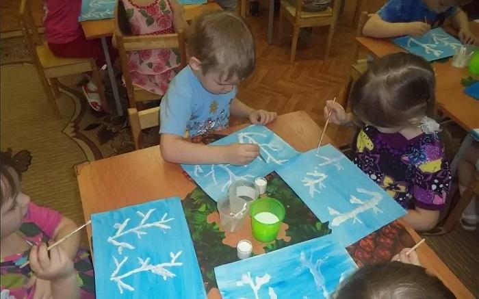 дети рисуют зиму