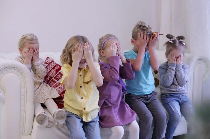 дети закрывают глаза