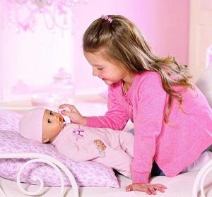 девочка играет в куклы