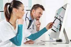 доктор и врач у компьютера
