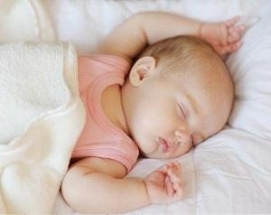 грудничок потеет когда спит