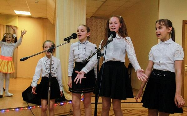 дети поют песню про школу