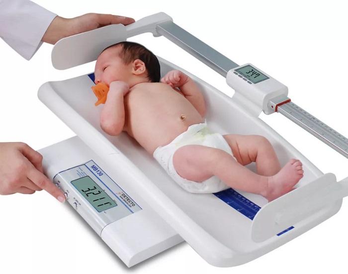 измеряем длину тела новорожденного