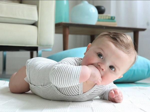 Может ли малыш начать держать голову раньше?