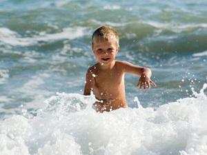 мальчик на море
