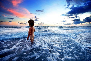 малыш и море