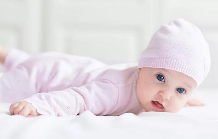 младенец держит голову