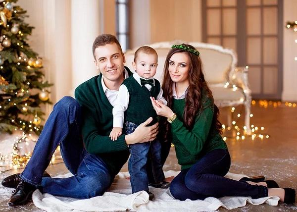 мужчина зеленый новогодний наряд