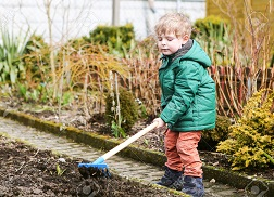 ребенок помогает в огороде