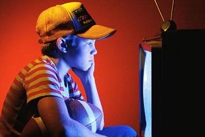 ребенок смотрит видео про животных