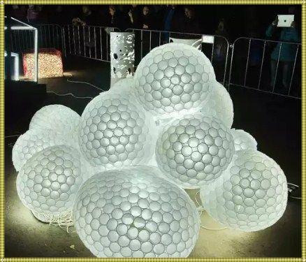 шар из пластиковых стаканчиков