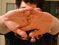 щелкают пальцы